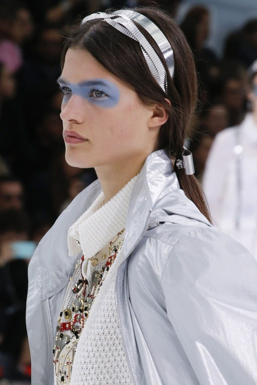 slideshow-spring-accessories-08-spring-2016-bags-accessory-jewelry-trends-tiara-headband-hair-clip-chanel-main (1)
